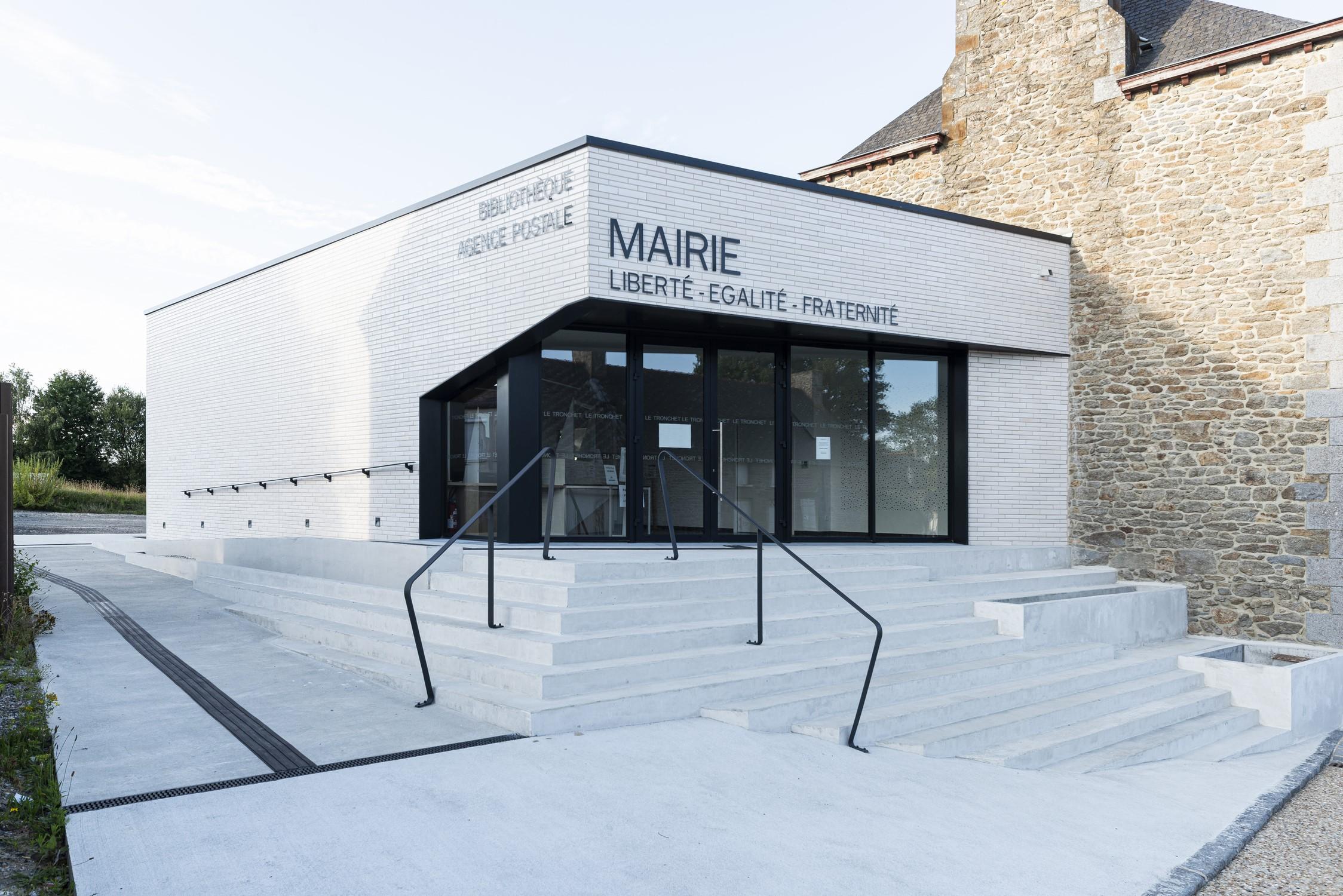 Mairie Le Tronchet 04 -entrée principale- © P. Lelièvre non libre de droits – 1500px