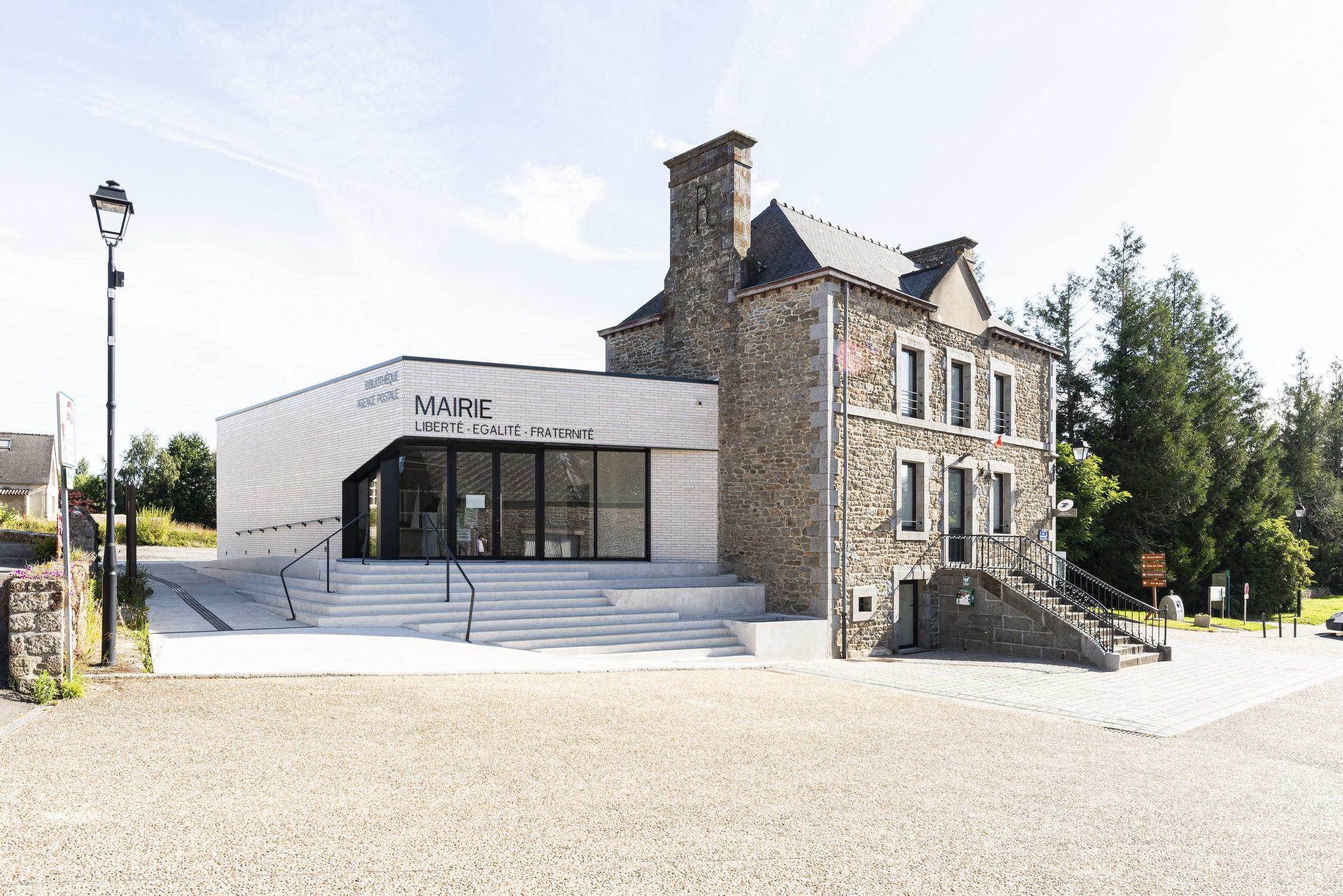 Mairie Le Tronchet 01-vue d'ensemble depuis la rue-© P. Lelièvre libre de droits – 1500px